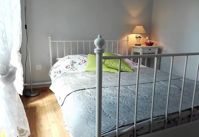 Słoneczny pokój z podwójnym łóżkiem