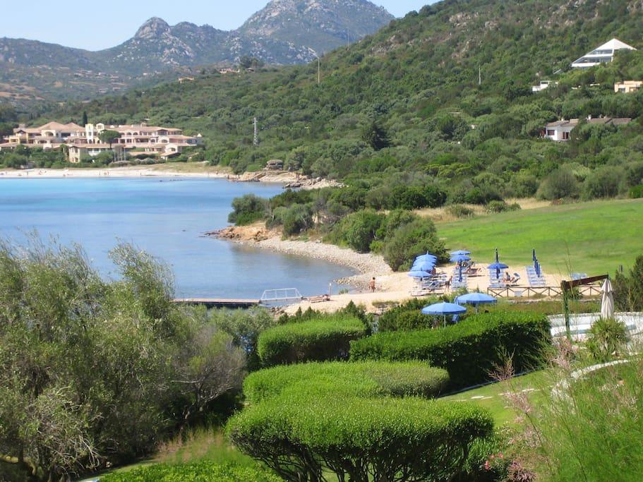 spiaggia privata attrezzata, pontile e in fondo lunga spiaggia della Marinella