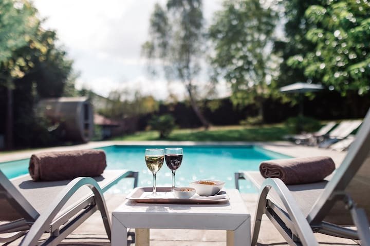 Petit verre au bord de la piscine