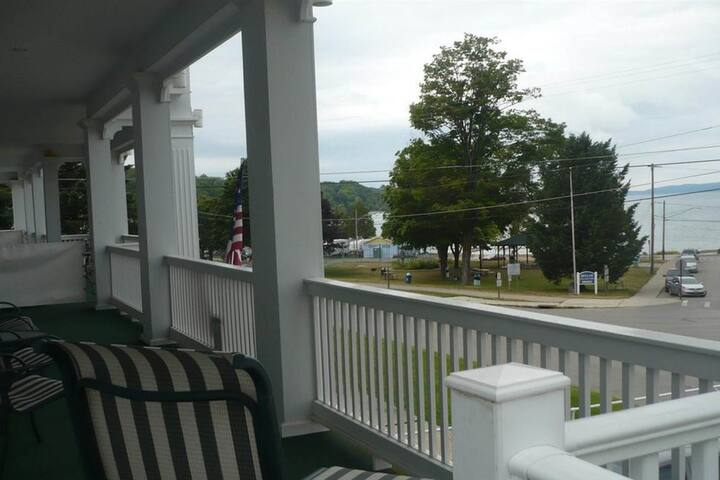 Friendly lake house w/ full kitchen, private gas grill, and bike storage!
