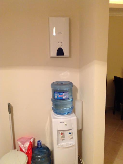 Vanndispenser for kaldt og varmt vann. På vegg er det Heather for varmt vann.