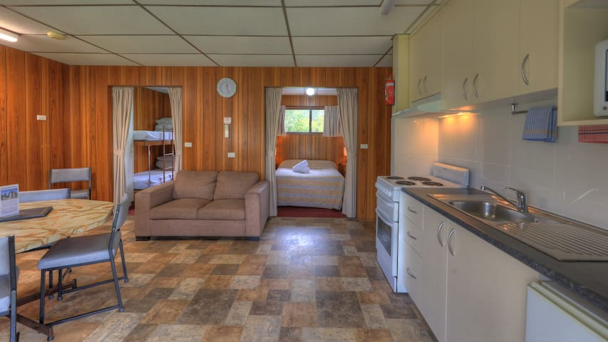 Spacious two bedroom cabin with own ensuite - Beechworth - Cabin
