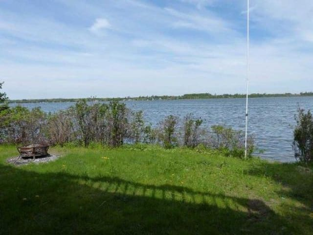 View Lake's Spacious 6 BR Lakefront Cottage