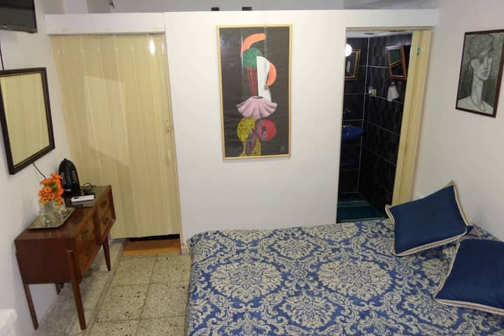 Vedado -Private room near to art Factory .