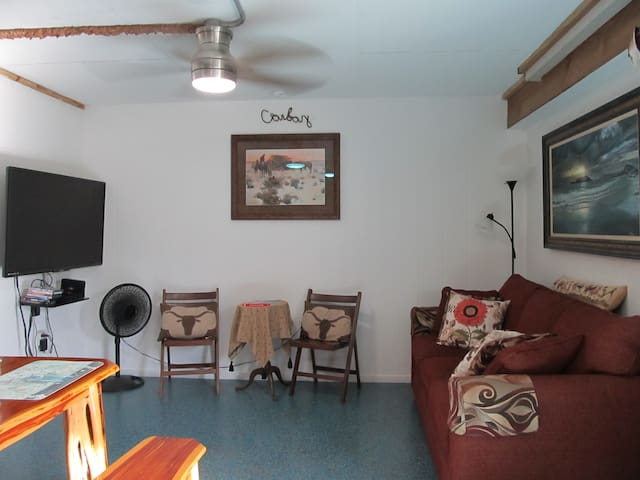 sitting area with tv and cable