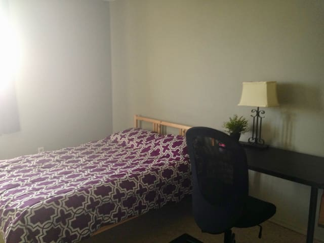 Spacious private room with double bed - Guelph - Lejlighed