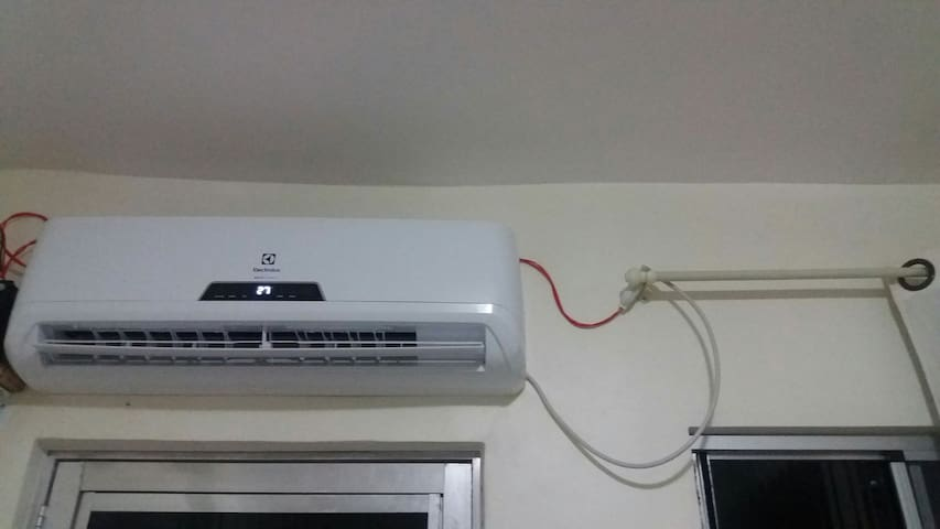 Ar condicionado  12000 BTUs e ventilador turbo.  Very powerful  Air conditioner  and fan.