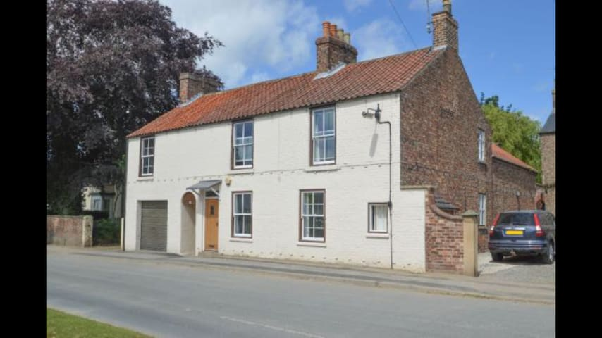 Spacious double in large house near Scampston Hall