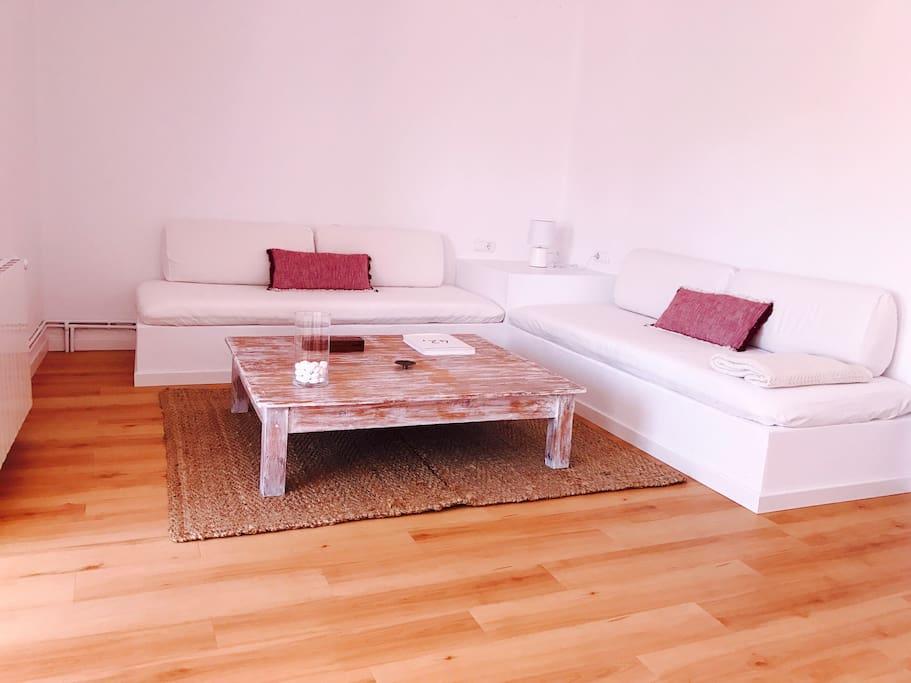 Salón espacioso,  perfecto para relajarse después de una jornada playera.