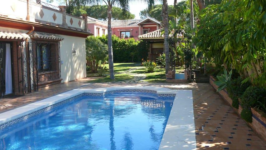 Замечательная вилла у моря в престижном месте - Estepona - Villa