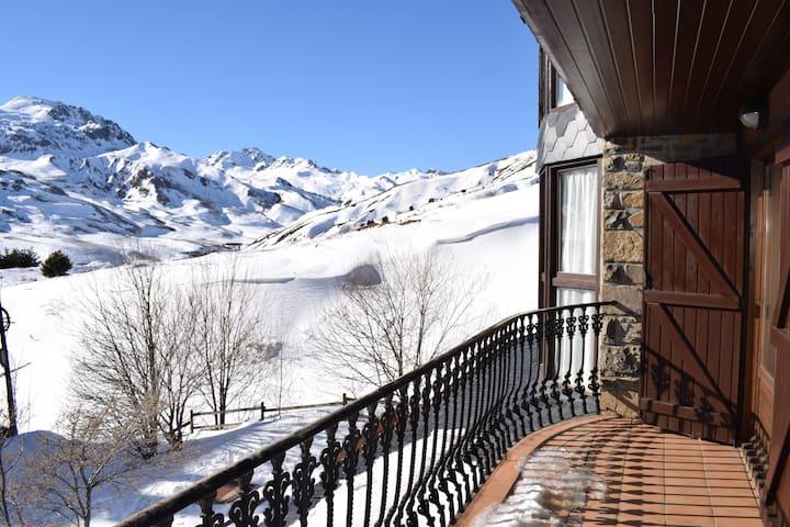Wood by KEYWii. Espectaculares vistas desde su amplia terraza. Pirineos