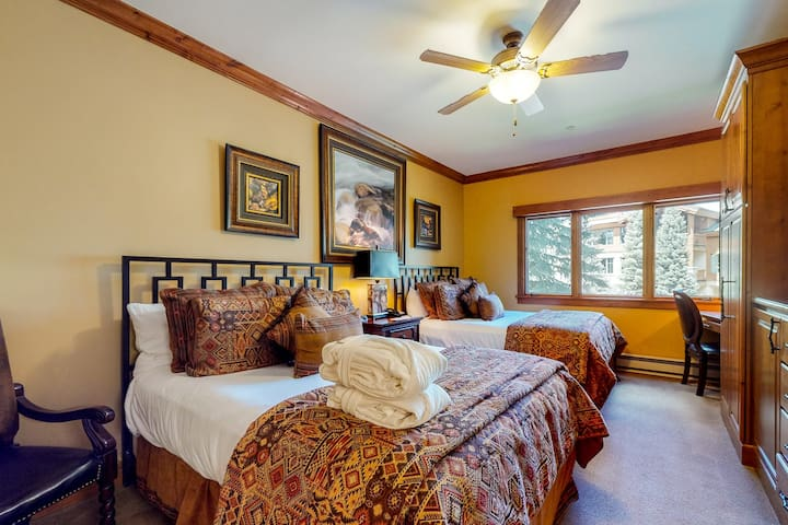 Sophisticated ski-in/ski-out hotel style condo w/ shared pool & hot tubs!