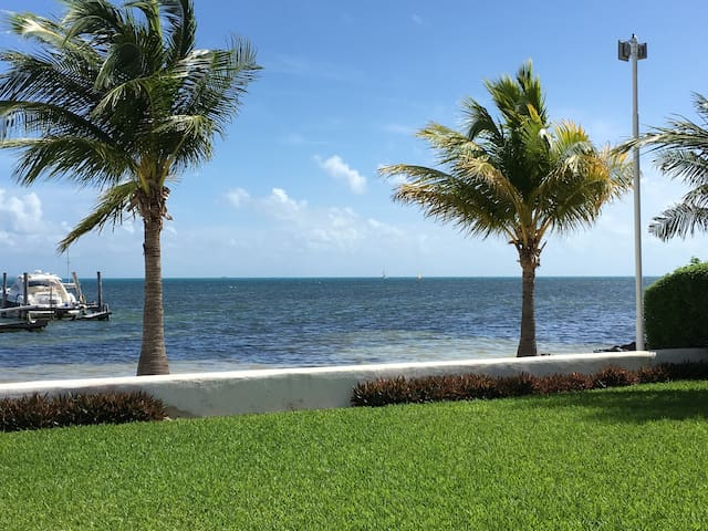 Beach Front Condo, confortable, great location