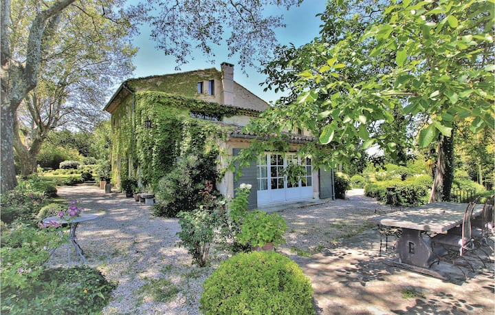 Beautiful home in Lagnes with Outdoor swimming pool, 4 Bedrooms and Sauna