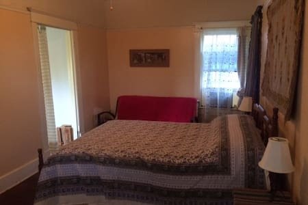 Double-bed and futon with porch and private shower - Birmingham