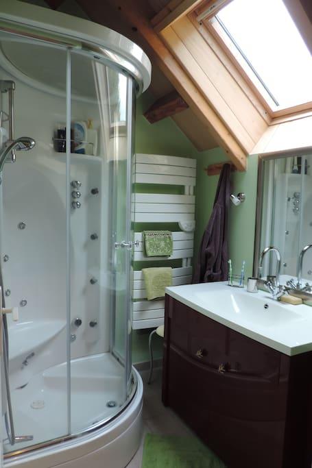 Salle d'eau  avec cabine douche.
