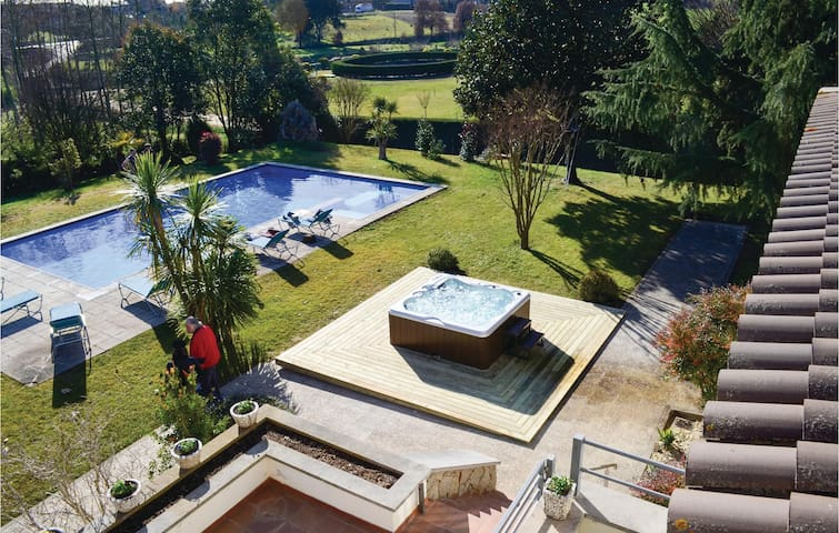Holiday cottage with 6 bedrooms on 420 m²