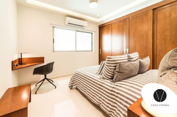 Nuestras recámaras son de una comodidad excepcional, con blancos finos y almohadas de alta calidad, cortinas blackout,  y todo lo necesario para garantizarte un descanso placentero.