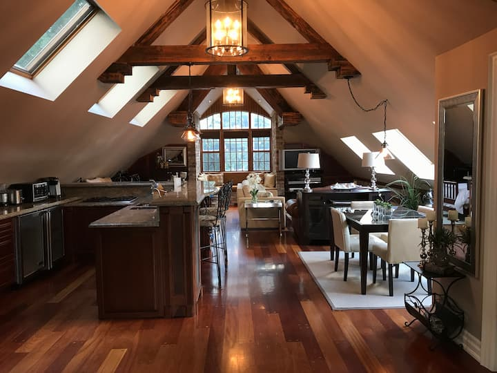 Beautiful Coach House Loft Over Looking The Water