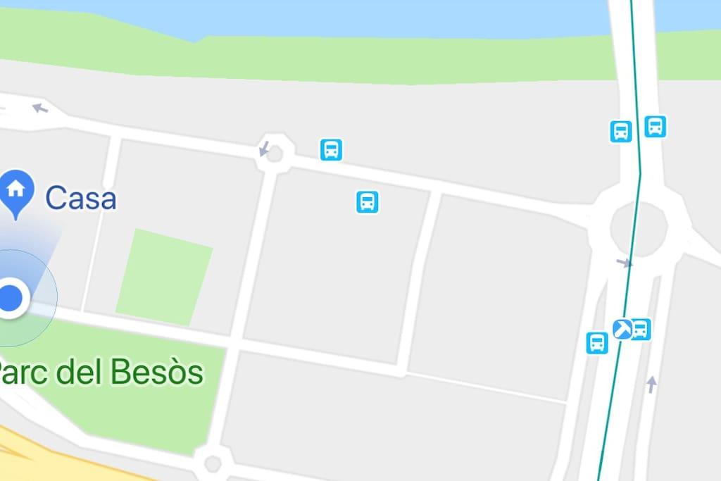 Paradas de bus y tranvía al centro. Espacios verdes y zona peatonal. Muy bien comunicado.