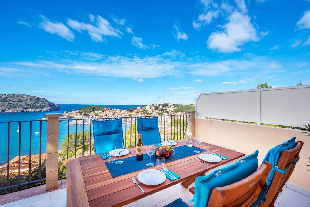 Blick vom Esstisch auf der Terrasse auf den Hafen