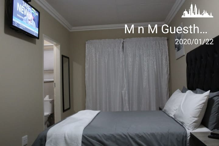 M n M Guesthouse: Double bed with en-suite. Room 1