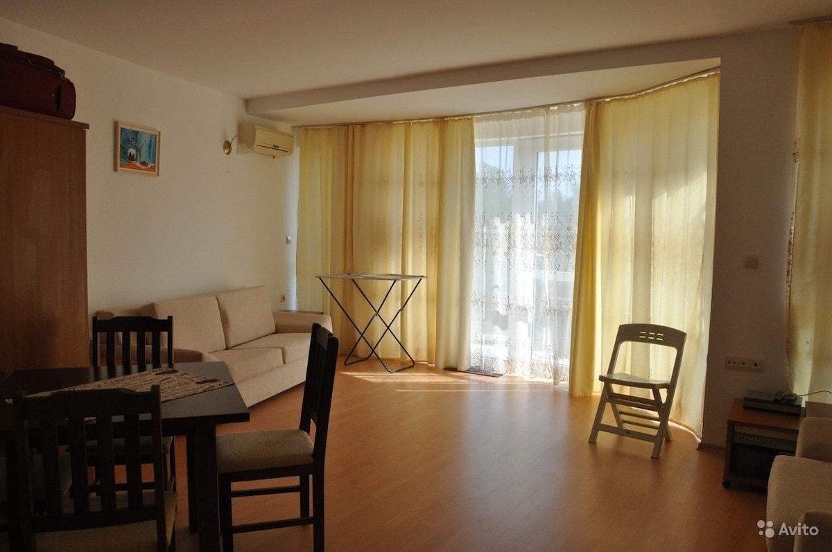 Квартира в Мистра недорого на берегу