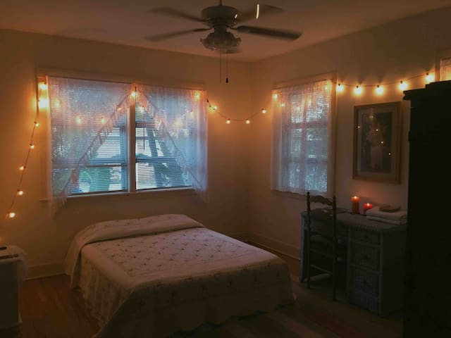 Cozy/historic downtown/private room
