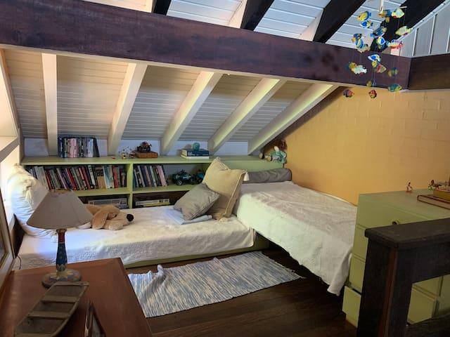 Mezanino com duas camas adicionais. (Quarto aberto)