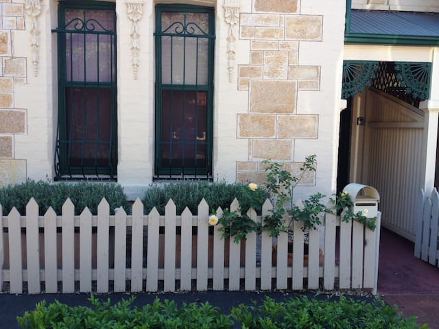 Marty' s Adelaide Pad - Historic Home close to CBD