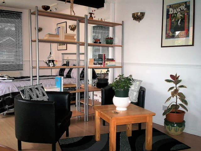 """""""The Magic Annexe"""" Self-Contained Studio Flat"""