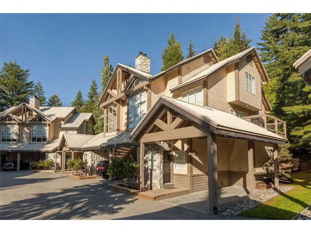 SKI-IN/OUT 3 Bdrm Upper Village, Private Hot Tub