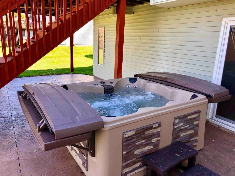 Six person hot tub with easy lift cover!