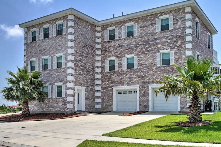 Waterfront Villa: 23 Miles to Downtown New Orleans