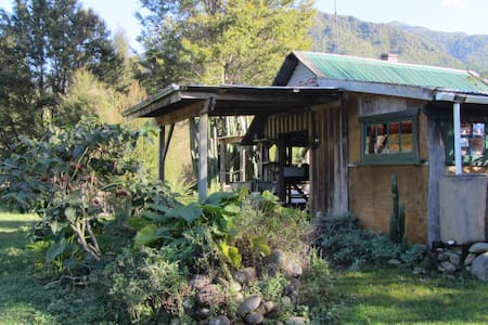 Funky Rustic Cabin with private deck - Takaka