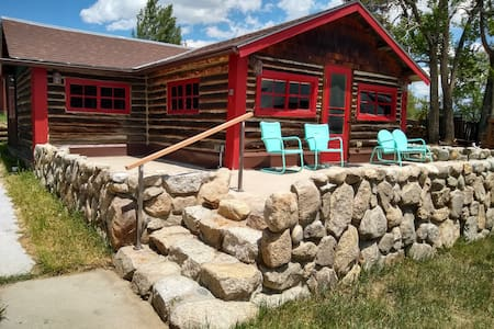 Cabin Serenity! Mountain escape: views + breezes