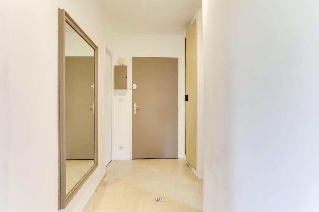 Couloir donnant sur les pieces commune (cusiine, salle de bain, salon) et la chambre privé