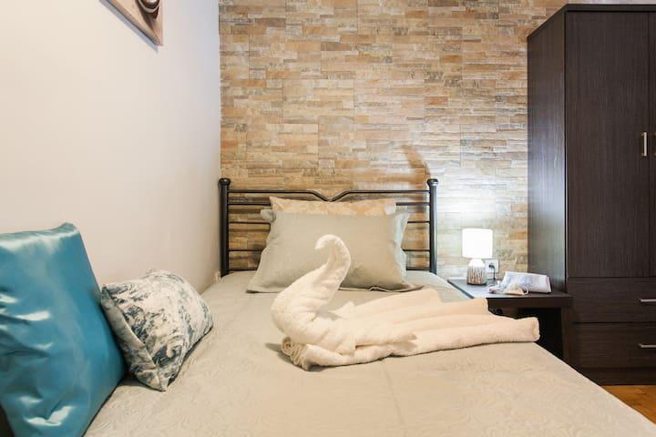 Athens cozy room near Metro, 15m walk to Acropolis