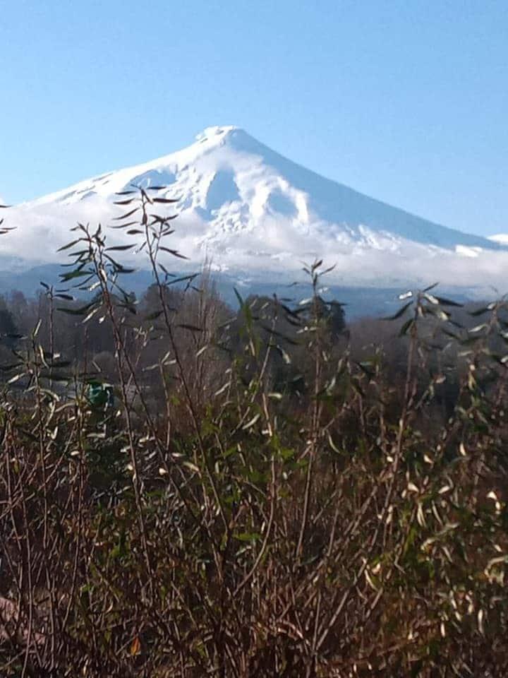 Alojamiento con vista al lago y volcan (parcial)