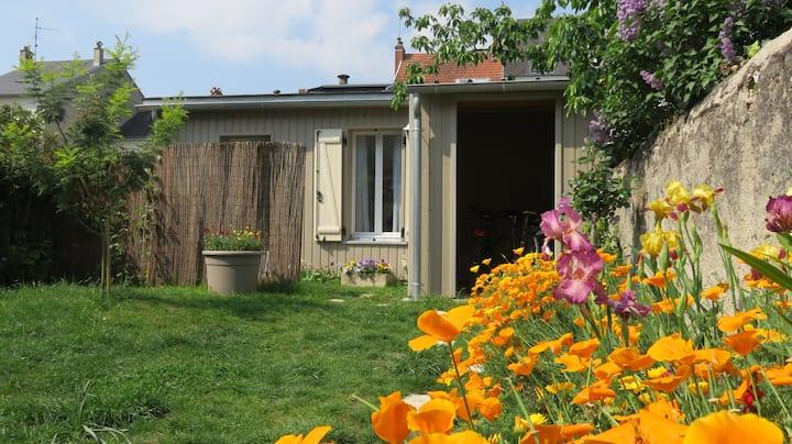 Charmant studio neuf au fond d'un jardin