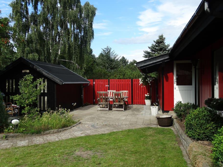 """Solskinsterrasse mellem hovedhuset og stuehuset """"Pusle"""" med plads til 4 ekstra overnattende"""