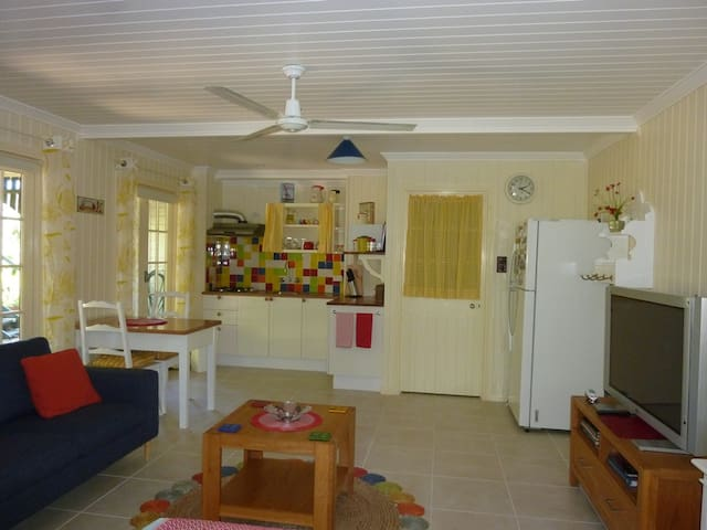 STUDIO on The Green, self contained. - Buderim - Apartment