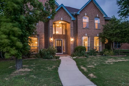 Gorgeous 4 Bed Plano House with Heated Pool & SPA