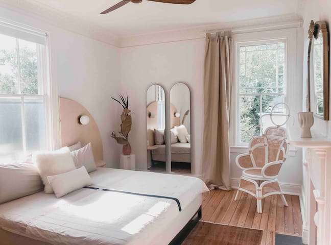 The Dreamer Suite - Historic Downtown