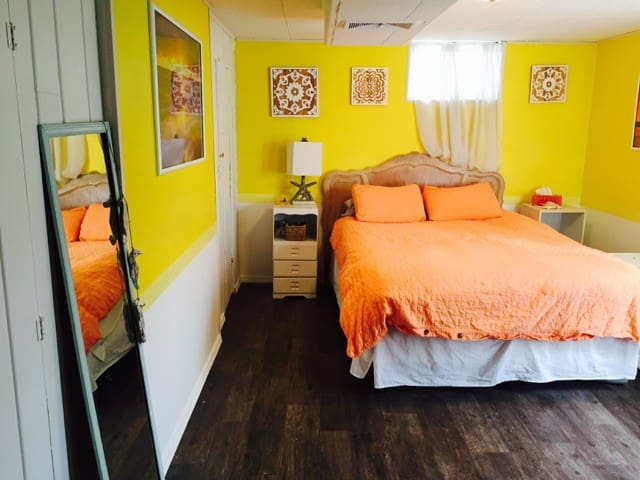 Large Sunset Room w/ Private Bath in Arts District