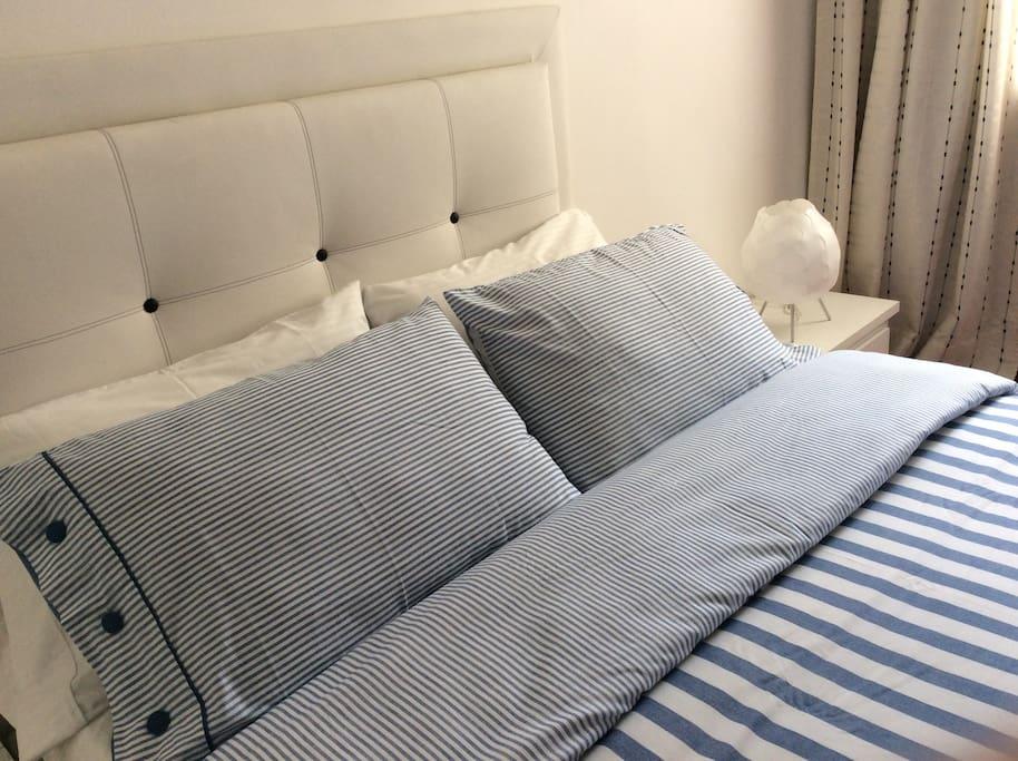 habitación principal cama doble, 2 mesas de noche