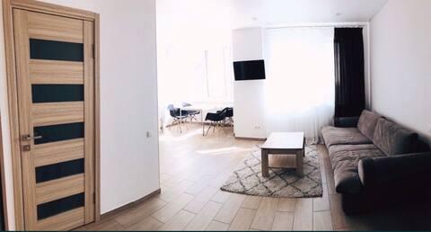 Новая и просторная квартира, с видом на море.