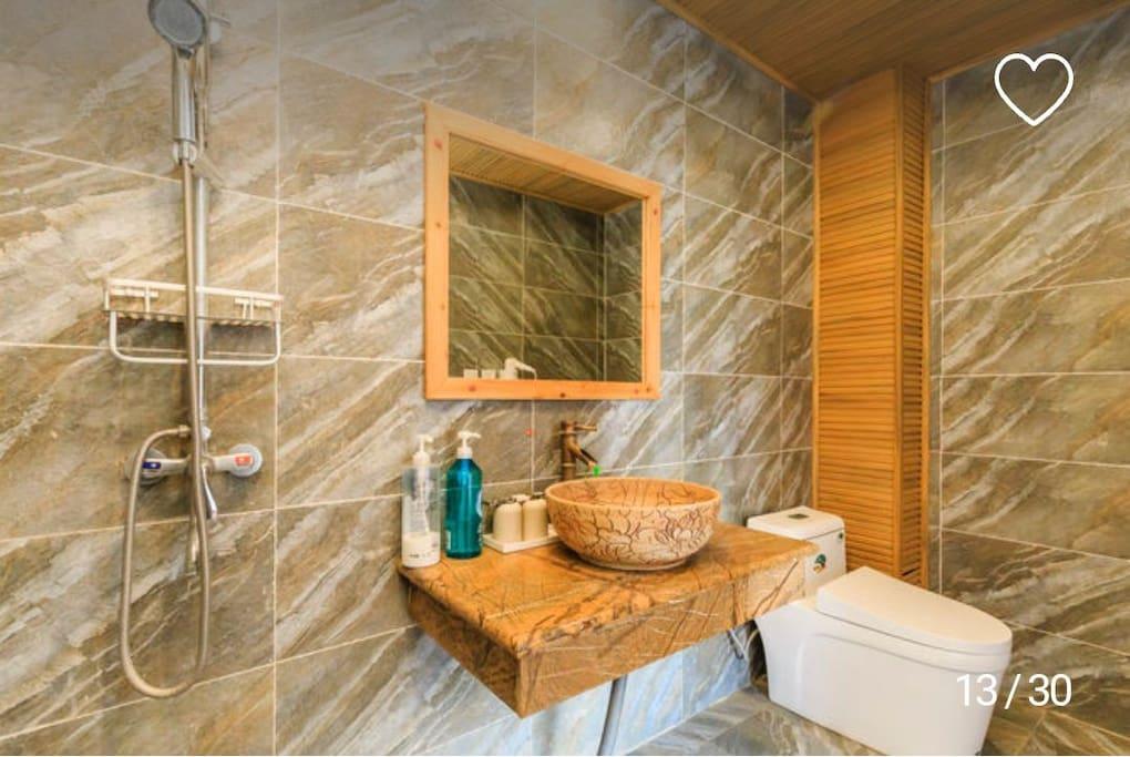 卫生间也很宽敞,干净整洁,洗漱台,淋浴,吹风机马桶一应俱全,
