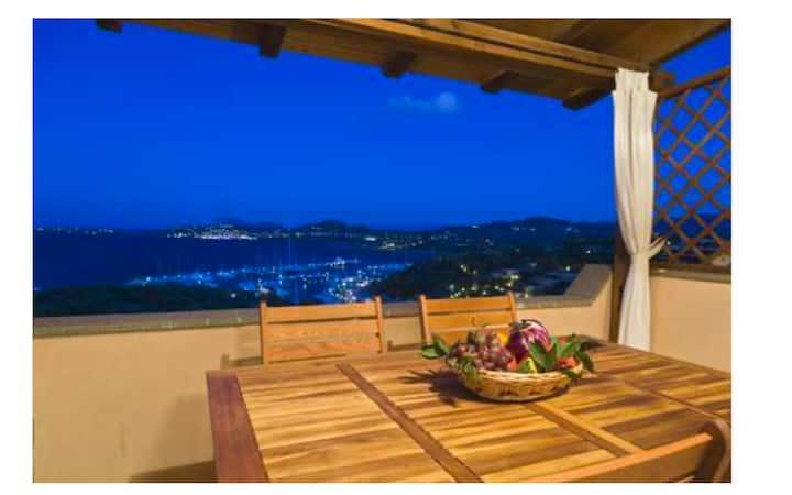 Appartamento 'Bilocale Asfodeli', centrale e vicino alla spiaggia, con incredibile vista mare e balcone, parcheggio disponibile, animali domestici ammessi