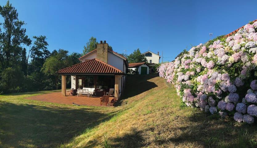 Chalet costa oriente Asturias con jardin